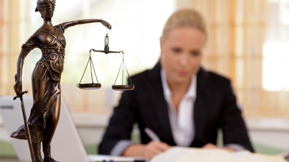 Какую помощь оказывает адвокат по уголовным делам?